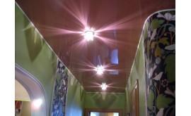 Натяжной потолок в интерьере прихожей: полезные советы по выбору